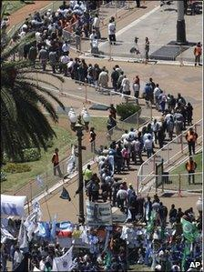 Queues of mourners in Buenos Aires