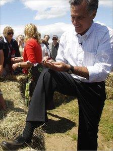 Mitt Romney signs autograph