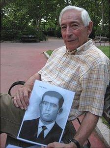 Fausto Canales with a picture of his father, executed by a Fascist squad in 1936