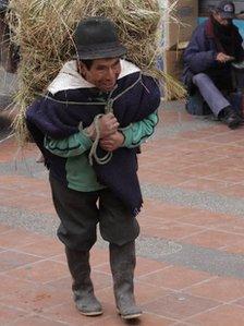 Baltazar Ushca carries ice on his back