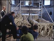 Raising the lid of the tomb. Picture supplied by Landesamt fur Denkmalpflege und Archaologie Sachsen-Anhalt, Juraj Liptak
