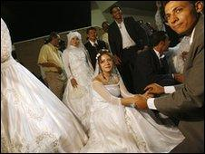 Egyptians get married in a mass ceremony in 2007
