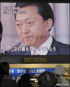 People watch Prime Minister Yukio Hatoyama's resignation in Osaka, Japan (2 June 2010)