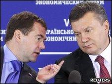 Russian President Dmitry Medvedev (left) and his Ukrainian counterpart Viktor Yanukovich in Kiev on 18/5/2010
