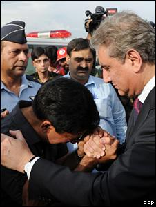 """Pakistan""""s Foreign Minister Shah Mahmood Qureshi comforts a relative of Pakistani student who was killed in ethnic riots in Kyrgyzstan"""
