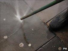 High pressure 'gunbusters' can be used to remove discarded gum