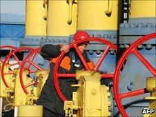 A gas worker at the Yamal-Europe pipeline near the town of Nesvizh, Belarus (file)