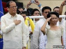 Benigno 'Noynoy' Aquino and outgoing President Gloria Arroyo (R) salute during the inauguration ceremony