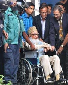 Bangladeshi police officers escort Ghulam Azam to jail in Dhaka