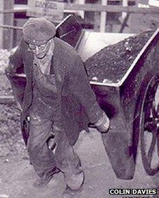Gweithiwr ar y safle yn 1964