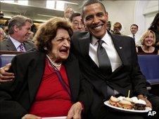 Helen Thomas receives cupcakes from President Obama