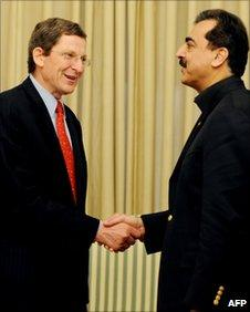 Pakistani PM Yousuf Raza Gilani (R) shakes hands with US Special Envoy for Pakistan and Afghanistan, Marc Grossman