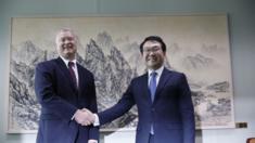 Đặc phái viên Mỹ Stephen Biegun bắt tay người đồng cấp Nam Hàn Lee Do-hoon trong một cuộc gặp gỡ tại Seoul tháng 8, 2019