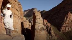 في الجبال النائية في شمال إثيوبيا، يقوم كاهن قبطي بتسلق منحدر يصل إلى 250 متر ليصل إلى كنيسته.
