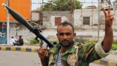 أحد مقاتلي المجلس الانتقالي الجنوبي في شوارع عدن