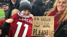 الطفل الذي أعطاه محمد صلاح قميصه بعد المباراة