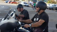 Ernesto Guevara en una moto en Cuba.