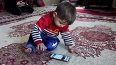 دفعت المضايقات المتلاحقة لعائلة طفل أفغاني يحمل اسم دونالد ترامب إلى التفكير بطلب اللجوء. إذ تلقى الأب، سعيد أسد الله، والأم، جميلة، تهديدات عدة ومطالبات بالرحيل من بلدتهم.
