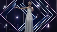 SuRie performing