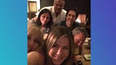 Jenifer-aniston-selfie-friends-cast.