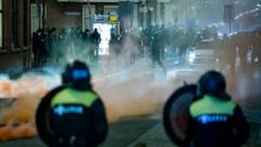 A large group of young people seeks confrontation with the police on Beijerlandselaan in Rotterdam