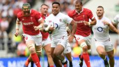 Manu-Tuilagi-runs-with-the-ball.