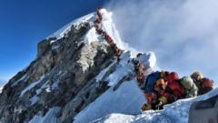 Climbers-queueing-to-get-to-the-summit-of-Mount-Everest