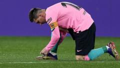 Lionel Messi ties boot.