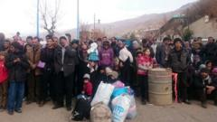 Syrians wait for the arrival of aid