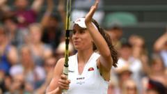 Johanna Konta clapping her racket.