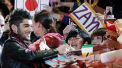 Zayn signs autographs