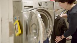 Funcionária da escola lavando roupas