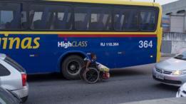 Cadeirante no trânsito do Rio