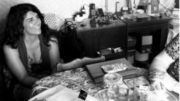 Elsa Serra posa com livros em sua casa