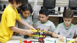 Alunos na aula de robótica da escola Aloys João Mann, em Cascavel