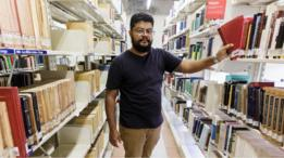Raul Capistrano em biblioteca na UFMG