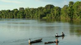Crianças brincando de canoa perto de sua comunidade ribeirinha no Rio Tefé