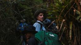 Integrante de expedição durante travessia da selva