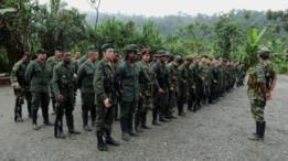 Treinamento militar em acampamento