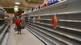 Prateleiras complemtamente vazias em supermercado em West Palm Beach