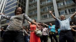 Idosos dançam no centro de São Paulo em comemoração no Dia do Idoso