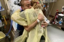 Katie e Dalton se abraçam no hospital