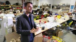 Danilo Sampaio, um dos desenvolvidores da máquina, em workshop da escola de arquitetura Bartlett em Londres
