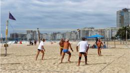 Idosos jogam vôlei de praia em Copacabana no Rio de Janeiro