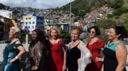 Idosas participam de desfile de moda em passarela da Rocinha, Rio de Janeiro, em 2013