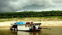 Um barco razo (conhecido como chalana ou
