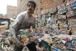 Coletor de lixo em subúrbio egípcio
