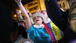 """Eleitora comemora vitória do """"não"""" em referendo colombiano"""