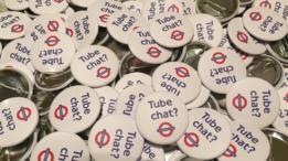 """Broches com a pergunta """"Tube Chat?"""" ou, em português, """"Papo no metrô?"""""""