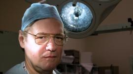 Stephen Westaby, el cirujano cardíaco que salvó a más de 11.000 pacientes (gracias a que se fracturó el cráneo)